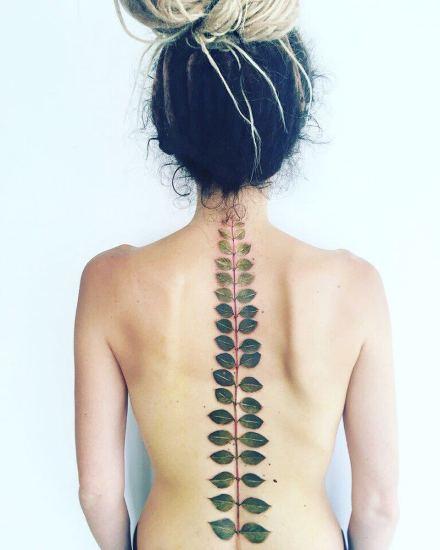 纹在脊柱上的脊椎之花纹身图案