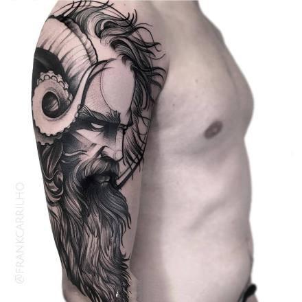 包大臂位置的暗黑色散点纹身图案