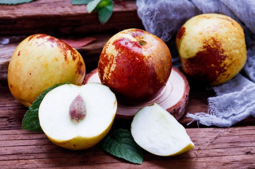 桌面上新鲜好吃的冬枣图片(10张)