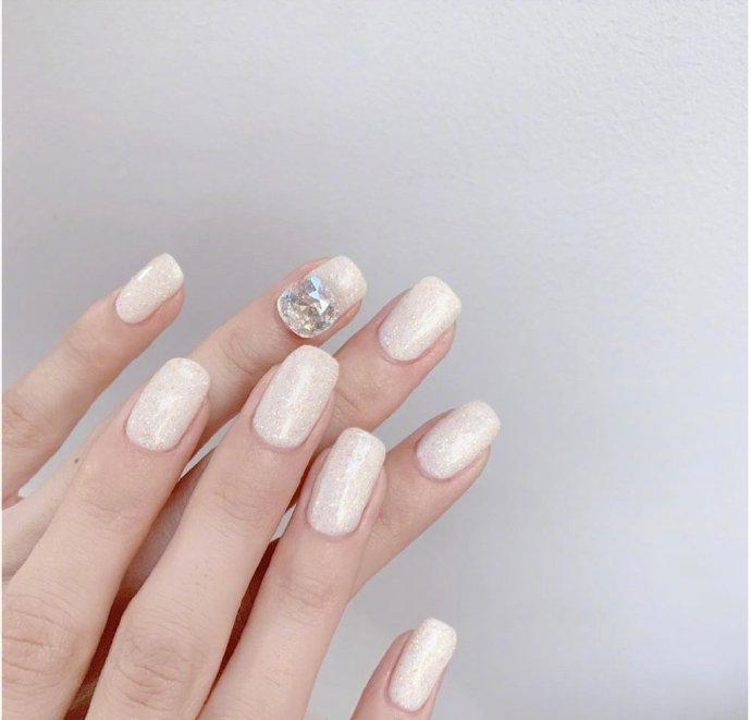 一组白色渐变美甲,可以做新娘婚甲