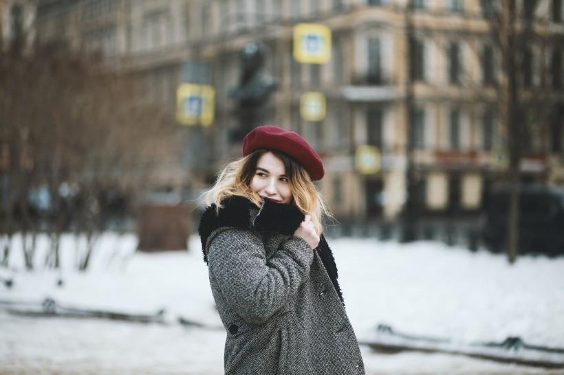 雪地里的时尚女孩图片(11张)