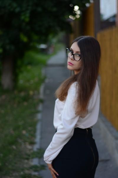 戴眼镜的白领丽人图片(10张)
