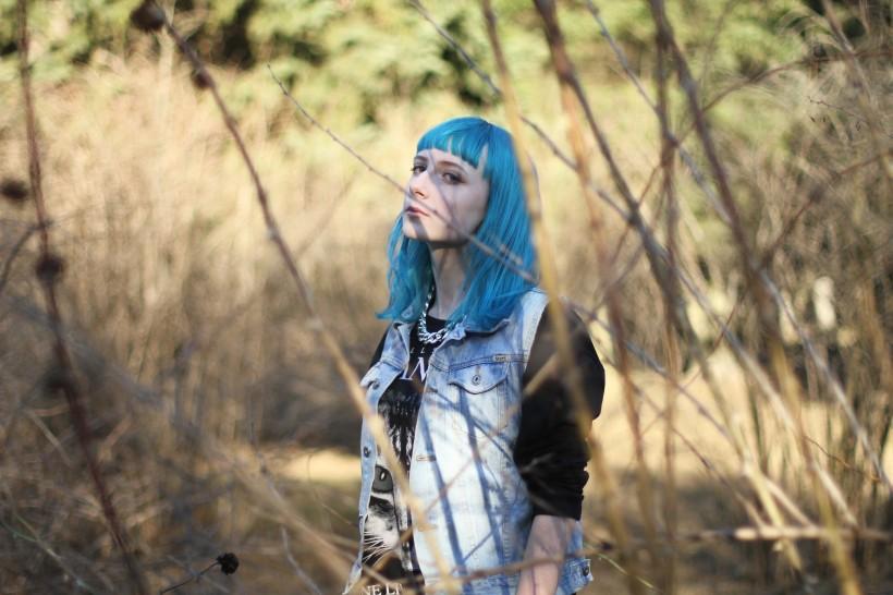 蓝色头发的美女图片(11张)