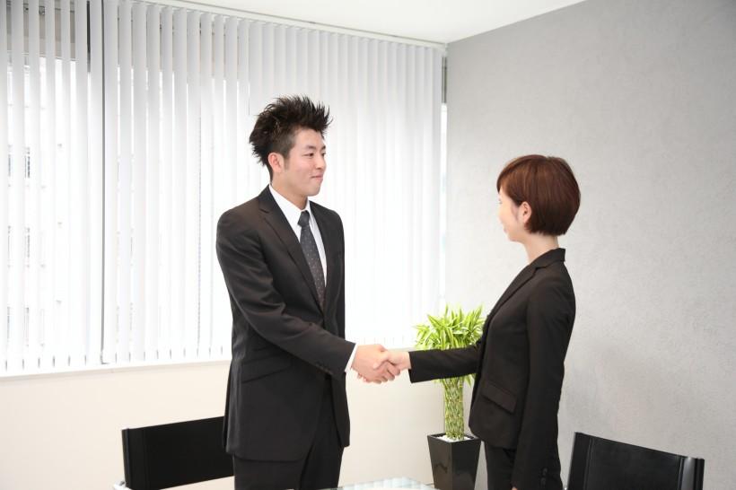 办公室里讨论方案的办公职员图片(11张)