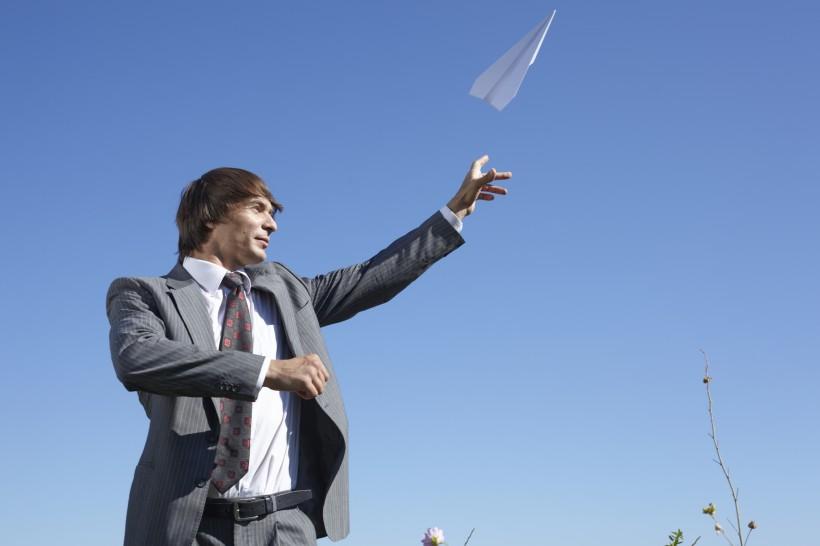 一个西装革履的外国男子在玩纸飞机图片(10张)