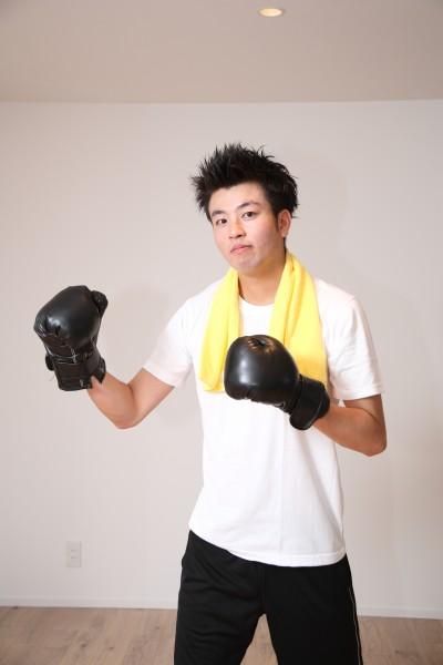 一男子戴着黑色拳套在练拳击图片(11张)