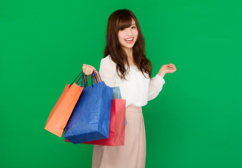 提着购物袋的美女图片(9张)