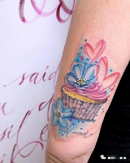 一组彩色花朵,彩色包臀纹身图案欣赏