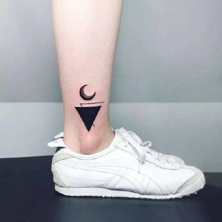 小清新极简风格的9款月亮纹身图片