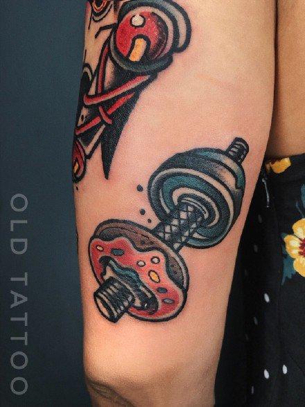 甜甜圈搭配哑铃的一款创意纹身图片