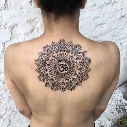 背部梵花纹身 女士背部好看的繁花纹身图案作品