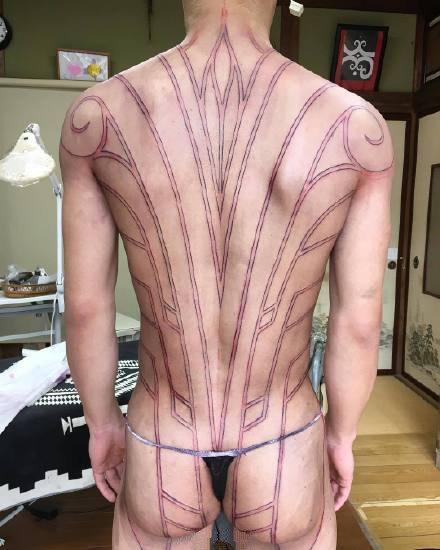 大面积的黑色部落图腾纹身作品