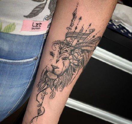一组狮子加素花的手臂纹身