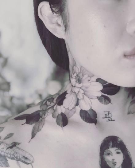 一组超美的黑灰女生素花纹身