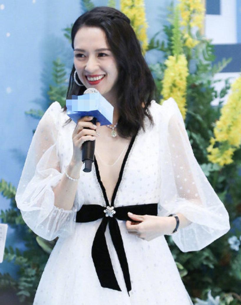 章子怡白色V领纱裙优雅写真图片