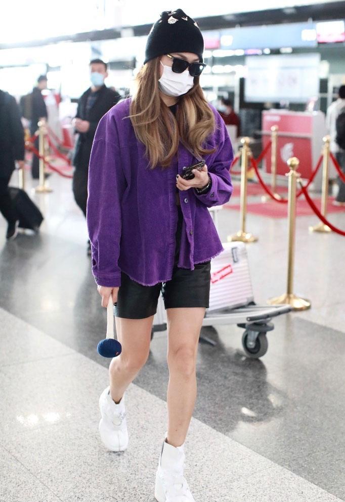 容祖儿紫色外套美腿白皙机场照图片