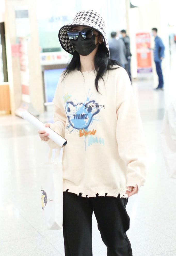 赵小棠卫衣黑裤休闲低调机场照图片