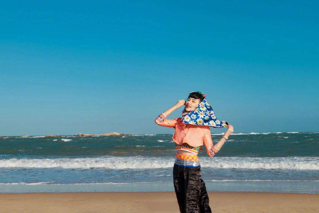 张雨绮碎花头巾造型海边图片