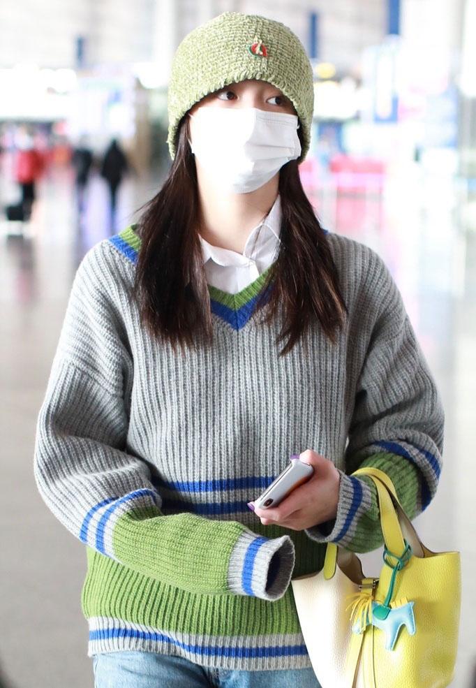 周洁琼毛衣休闲清新机场照图片