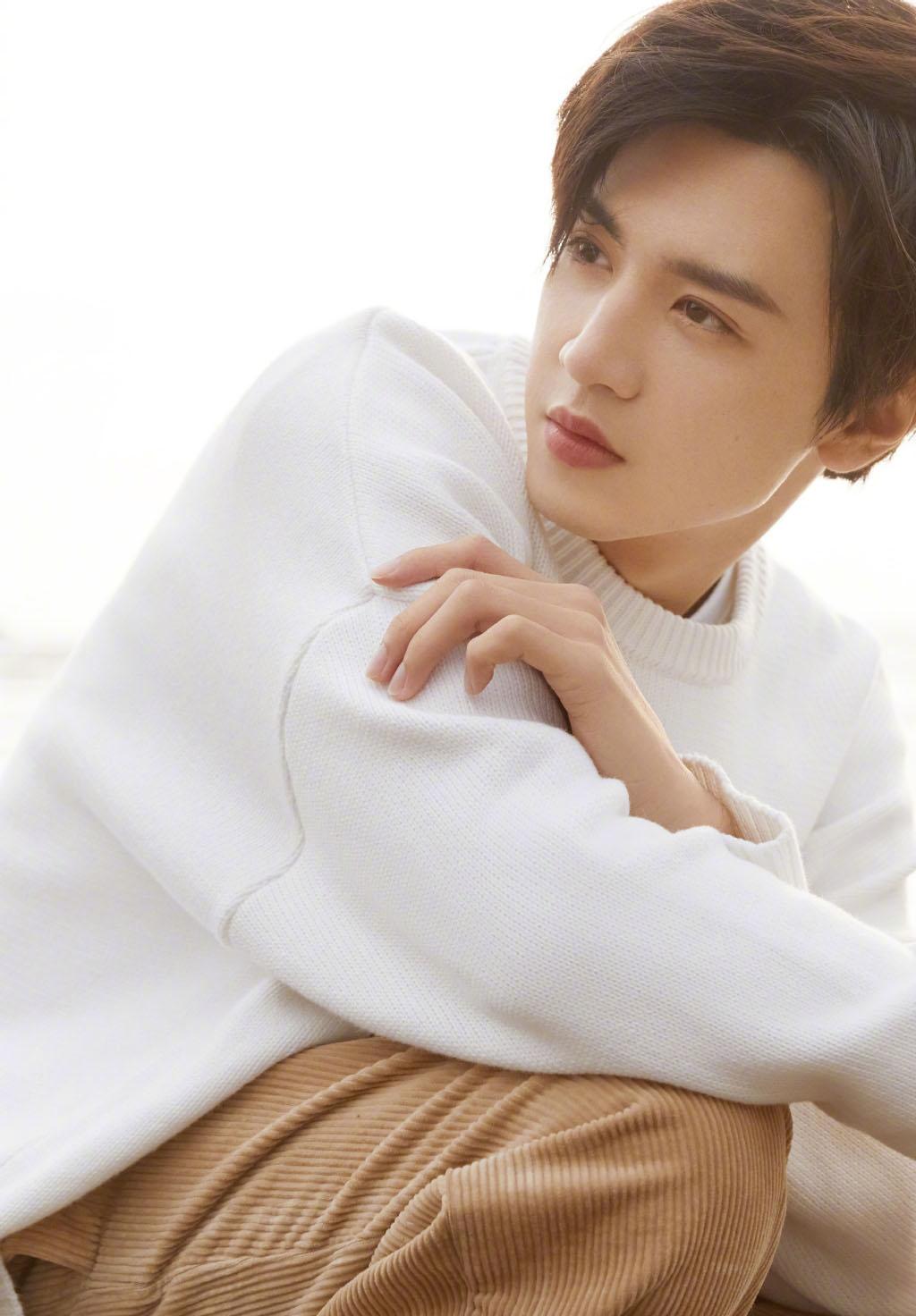 陈哲远白色毛衣帅气写真图片
