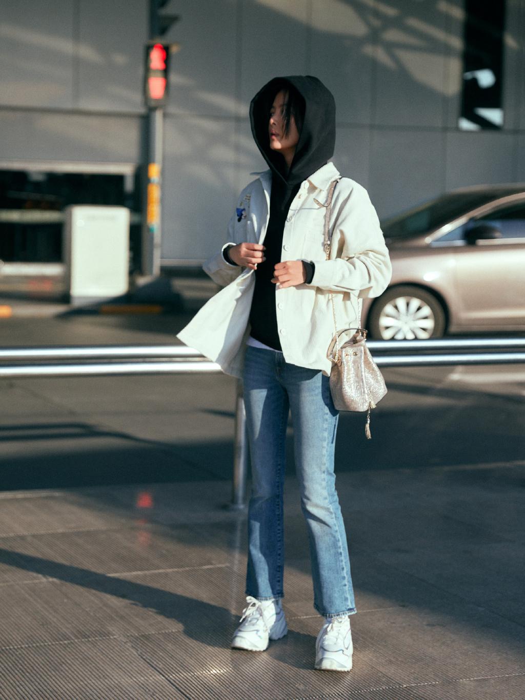 辛芷蕾直筒牛仔裤机场写真图片