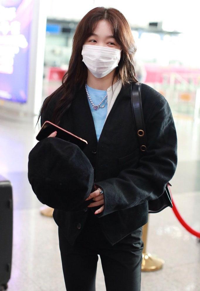 徐梦洁贝雷帽帅酷甜美机场照图片