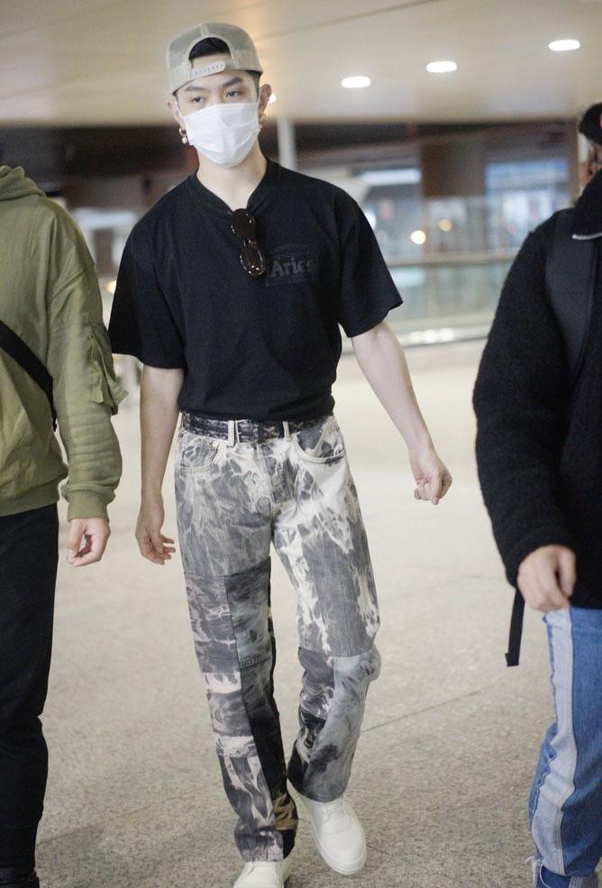 马伯骞反戴棒球帽潮流帅气机场照图片