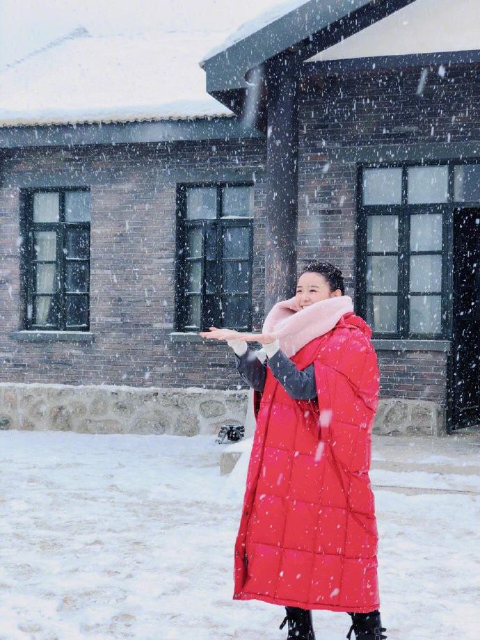 蒋依依图片 蒋依依雪中红衣甜美写真图片