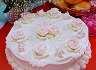圆形的奶油玫瑰花蛋糕图片