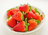 香甜多汁的牛奶草莓图片