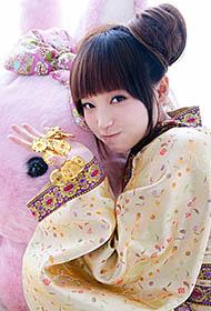 金莎古装服兔娃娃为伴甜美可爱