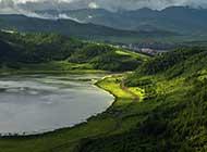 绿草遍野的西藏柴河风景图