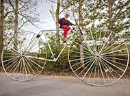 搞笑骑单车图片之难驾驭的加大码