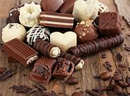 在木板上的高清巧克力图片