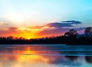 映在夕阳晚霞下的山水风景图片