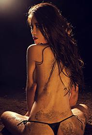 美女七喜泥土意境人体艺术图片欣赏