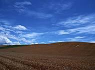 蔚蓝天空高山远景图片