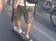 牛人自制滑板车爆笑图片