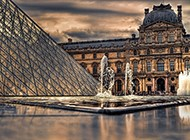 雄伟的卢浮宫金字塔图片