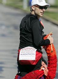 震撼 马拉松赛场上男子织出近4米长围巾