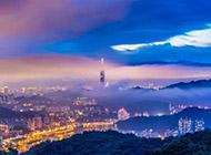 云雾缭绕的城市风景壁纸赏析