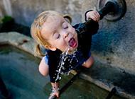 搞笑儿童幽默图片之喝水