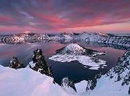 火山口上的山脉湖泊壁纸