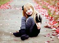 甜美女孩枫叶下可爱写真
