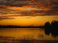 天际泛黄日落时分自然美景