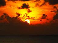 夕阳下的海边日落风景图片