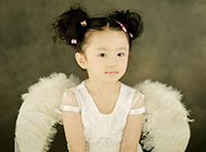 带着天使翅膀的可爱小孩萌图