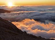 云雾缭绕的山脉高清风景壁纸