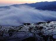 云雾缭绕的戈壁风景壁纸赏析