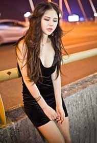 性感黑色吊带裙美女路边清凉照